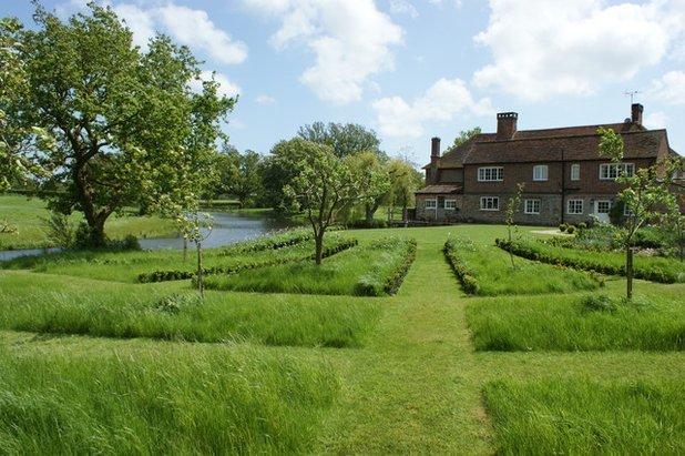 Декор дачного участка: как сделать газон и клумбы своими руками