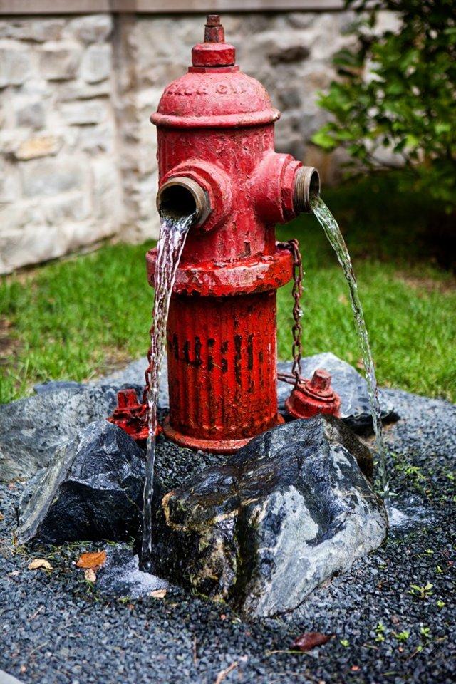 Оригинальный разноцветный столб-фонтан своими руками