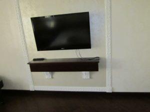 Телевизионная тумба с полкой, сделанная своими руками