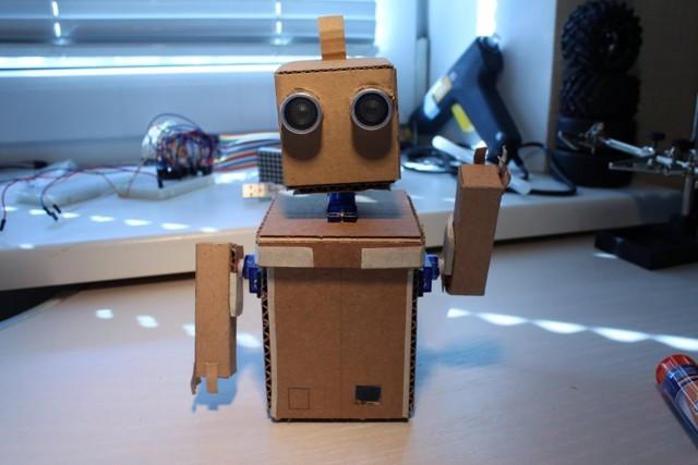 Как сделать простейшего мини робота шагохода своими руками!